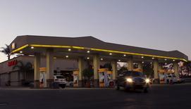 Imagen de una estación de servicio de Shell en Encinitas, California, el 25 de enero de 2016. Los precios al consumidor en Estados Unidos subieron por cuarto mes consecutivo en junio debido a que los estadounidenses pagaron más por vivienda y alquiler, gasolina y salud, lo que apunta a presiones inflacionarias que aumentan en forma gradual. REUTERS/Mike Blake