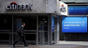 Un hombre pasa delante de una sucursal del Citibank en Buenos Aires, Argentina, el 19 de febrero de 2016. Citigroup Inc reportó el viernes una caída del 14 por ciento en las ganancias trimestrales, mucho menos que el 25 por ciento que había previsto a principios de junio el presidente ejecutivo del banco, Michael Corbat. REUTERS/Marcos Brindicci