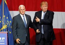 Дональд Трамп (справа) и Майк Пенс на мероприятии в рамках предвыборной кампании Трампа в Уэстфилде, штат Индиана. 12 июля 2016 года. Фактический кандидат на пост президента США от Республиканской партии Дональд Трамп назначил напарником на выборах губернатора штата Индиана Майка Пенса - искушенного политика-консерватора, способного привлечь в лагерь магната других однопартийцев. REUTERS/John Sommers II