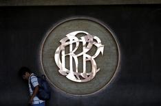 El logo del Banco Central de Perú en sede en Lima, Abr 7, 2015. El crecimiento de la economía local con tasas cercanas al 4 por ciento no genera presiones inflacionarias de demanda, indicador clave para la tasa de interés de referencia, dijo el viernes el gerente de estudios económicos del Banco Central, Adrián Armas.  REUTERS/Mariana Bazo - RTR4WG2K