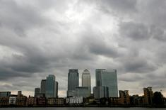 Storm clouds are seen above the Canary Wharf financial district in London, Britain, August 3, 2010.  REUTERS/Greg Bos/File Photo