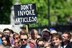 Las empresas más importantes de Gran Bretaña tienen dudas sobre el futuro tras el referéndum en el que se decidió que Reino Unido abandone la Unión Europea y han recortado sus planes de inversión, de acuerdo a una encuesta publicada el lunes. Imagen de manifestantes en contra el Brexit en el centro de Londres el 2 de julio de 2016. REUTERS/Paul Hackett