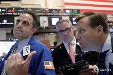 Трейдеры на Уолл-стрит. Побив наконец годовые рекорды, рынок акций США вновь пройдет проверку на предстоящей неделе, когда волна отчетов компаний может помочь инвесторам оценить воздействие решения Великобритании о выходе из Евросоюза.  REUTERS/Brendan McDermid