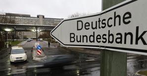 Una señal de tráfico en la sede del Bundesbank en Fráncfort, Alemania, el 4 de febrero de 2013. La economía de Alemania repuntará en los próximos meses después de un segundo trimestre flojo, y cualquier impacto por la decisión de Reino Unido de salir de la Unión Europea será limitado en un futuro cercano, dijo el Bundesbank en un informe mensual. REUTERS/Kai Pfaffenbach
