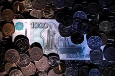 Рубли. 7 июня 2016 года. Рубль подорожал на биржевой сессии понедельника благодаря продаже экспортной выручки к пику налоговых выплат и к сезону дивидендов, вновь победившей как возобновившую снижение нефть, так и текущий относительно устойчивый спрос на подешевевшую валюту. REUTERS/Maxim Zmeyev/Illustration