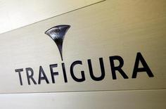 El logo de Trafigura en sus oficinas en Ginebra, mar 11, 2012. Irán envió un cargamento de petróleo al este de China a través del operador Trafigura, lo que acelera la carrera entre los proveedores de crudo por cubrir la alta demanda por importaciones de las refinerías independientes de China, dijeron fuentes comerciales.   REUTERS/Denis Balibouse/File Photo