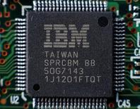 Un chip de IBM en una ilustración fotográfica realizada en Kiev, abr 21, 2016. International Business Machines Corp reportó una caída de un 2,8 por ciento en sus ingresos trimestrales, ya que las ganancias en sus unidades de nube y computadores portátiles no pudieron contrarrestar los declives de sus negocios tradicionales.   REUTERS/Gleb Garanich/File Photo