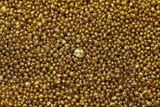 Imagen de archivo de oro granulado en la refinería Valcambi en Balerna, Suiza, dic 20, 2012. El oro cayó el lunes un 1 por ciento ante el avance de las acciones en Wall Street y debido a un menor nerviosismo de los inversores tras el fallido intento de golpe de Estado en Turquía.   REUTERS/Michael Buholzer