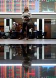 Una mujer observa diversos indicadores en la rueda de operaciones de la Bolsa de Valores de Sao Paulo, mayo 9, 2016. La bolsa brasileña cerró el lunes con su novena alza consecutiva, superando los 56.000 puntos, ayudada por el avance de las acciones de la petrolera controlada por el Estado Petrobras y el tono positivo en Wall Street.  REUTERS/Paulo Whitaker