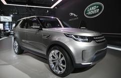 Автомобиль Land Rover Discovery Vision Concept на автосалоне в Нью-Йорке. 16 апреля 2014 года. Британский автопроизводитель Jaguar Land Rover отзывает 3.961 автомобилей Jaguar и Land Rover из-за возможной неисправности датчиков коленвала. REUTERS/Mike Segar