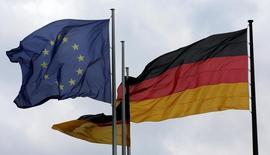 La confianza entre los analistas e inversores se hundió en julio debido a la incertidumbre creada por el referéndum del brexit, según un sondeo publicado el martes en el primer gran indicio de cómo la economía europea podría gestionar el resultado sorpresa de la votación. En la imagen, las banderas de la Unión Europea y de Alemania en el Bundestag en Berlín, Alemania, el 28 de junio de 2016.    REUTERS/Fabrizio Bensch