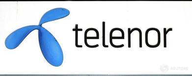 Логотип Telenor на магазине компании в Стокгольме. Норвежский мобильный оператор Telenor поднял планку маржи по EBITDA (прибыль до вычета процентов, налогов и амортизационных отчислений) в текущем году, несмотря на снижение прогноза выручки в 2016 году, поскольку получил базовую прибыль выше прогнозов во втором квартале. REUTERS/Bob Strong