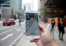 """Las acciones de la japonesa Nintendo ganaron el martes otro 14 por ciento, lo que elevó en más del doble la capitalización de mercado de la compañía a 4,5 billones de yenes (unos 38.570 millones de euros) en sólo siete sesiones desde el lanzamiento en Estados Unidos del videojuego para dispositivos móviles Pokemon GO. En la imagen, un Pokemon """"Pidgey"""" aparece en la pantalla de un smartphone mientras utiliza la app de Nintendo enToronto, Ontario, Canadá, el 21 de julio de 2016. REUTERS/Chris Helgren"""