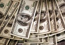 Стодолларовые купюры в банке Вестминстера. Доллар вырос до максимума четырёх месяцев к корзине основных валют во вторник после выхода превзошедших прогнозы данных о росте числа строящихся домов в США в июне, подкрепив мнение об устойчивости американской экономики.  REUTERS/Rick Wilking/File Photo