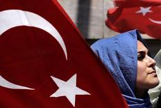 Митинг в поддержку президента Турции Тайипа Эрдогана в Стамбуле 19 июля 2016 года. Турецкий Совет по высшему образованию распорядился уволить 1.577 деканов в университетах, сообщил гостелеканал TRT, что стало частью масштабной чистки в десятках государственных институтов после неудачной попытки госпереворота. REUTERS/Alkis Konstantinidis