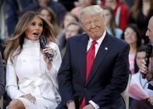 Претендент на пост президента США от республиканцев Дональд Трамп (справа) с женой Меланией в нью-йорской телестудии NBC 21 апреля 2016 года. Речь жены Дональда Трампа Мелании на съезде Республиканской партии во вторник породила споры, поскольку местами практически повторяет выступление нынешней первой леди США Мишель Обамы на съезде Демократической партии в 2008 году.  REUTERS/Brendan McDermid