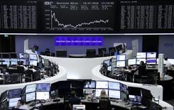 Operadores trabajando en la Bolsa de Fráncfort, Alemania. 19 de julio de 2016. Índices referenciales de las acciones europeas tocaron el martes su nivel más bajo en una semana, arrastrados por pronósticos pesimistas de Ericsson y AkzoNobel.   REUTERS/Staff/Remote