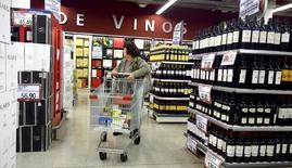 Una mujer realizando compras en un supermercado en Buenos Aires, jun 19, 2015. Las ventas de los supermercados de Argentina subieron un 24,7 por ciento en mayo en la medición interanual a precios corrientes, dijo el martes el ente oficial de estadísticas del país austral.  REUTERS/Enrique Marcarian