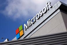 El fuerte crecimiento de su negocio de computación en nube para empresas ayudó a que las ventas trimestrales de Microsoft Corp superaran las previsiones de Wall Street, lo que alentaba un alza de sus acciones de un 4 por ciento en las operaciones tras el cierre del mercado regular. En la imagen, el logo de Microsoft en su sede en Lod Angeles, California, el 14 de junio de 2016. REUTERS/Lucy Nicholson