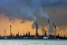 НПЗ на побережье Сингапура. Цены на нефть выросли на азиатских торгах в среду, однако подъем был ограниченным в ожидании выхода официальных данных о запасах в США. REUTERS/Vivek Prakash/File Photo