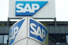 Le numéro un européen de logiciels, SAP, qui publie un bénéfice d'exploitation meilleur que prévu au deuxième trimestre grâce à une hausse du revenu de ses licences, confirme ses objectifs annuels. /Photo prise le 12 mai 2016/REUTERS/Ralph Orlowski