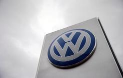 Логотип Volkswagen у дилерского центра компании в Лондоне. 5 ноября 2015 года. Германский автопроизводитель Volkswagen сообщил в среду, что операционная прибыль компании за первое полугодие превысила ожидания благодаря снижению издержек основного бренда VW и росту продаж автомобилей в Европе. REUTERS/Suzanne Plunkett/File photo
