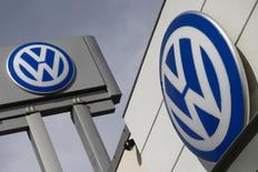 Volkswagen dijo el miércoles que su resultado operativo del primer semestre superó las expectativas gracias al control de costes en su marca principal VW y a las crecientes ventas de coches en Europa, aunque anunció otra provisión de 2.200 millones de euros por el escándalo de las emisiones.  En la imagen, dos logos de Vokswagen en un concesionario en Nueva York, el 21 de septiembre de 2015. REUTERS/Shannon Stapleton