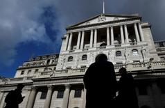"""Trabajadores pasan por delante del Banco de Inglaterra en Londres, Inglaterra, el 29 de marzo de 2016. El Banco de Inglaterra dijo el miércoles que no ve una """"evidencia clara"""" de una desaceleración brusca en la economía tras la decisión de Reino Unido de abandonar la Unión Europea, aunque cerca de un tercio de las empresas con las que habló dijo que planea frenar la contratación y la inversión. REUTERS/Toby Melville/File Photo"""