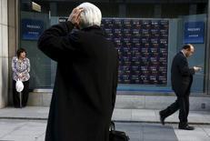 Un hombre mira un tablero electrónico que muestra índices de mercado, en una correduría en Tokio, Japón. 2 de marzo de 2016. Una toma de ganancias limitaba el avance de las bolsas de Asia el miércoles luego de que un repunte en Wall Street mostró señales de estar cediendo, y el dólar rondaba un máximo en cuatro meses contra una cesta de monedas por el reporte de unos datos optimistas en Estados Unidos. REUTERS/Thomas Peter/Files