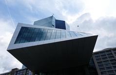 La sede del BCE en Fráncfort. El Banco Central Europeo tendrá que extender y ampliar dentro de poco el alcance de su programa de compra de activos, ya que la desaceleración del crecimiento en la zona euro se profundizaría tras la votación que decidió la salida británica de la Unión Europea, mostró un sondeo de Reuters entre economistas. REUTERS/Ralph Orlowski/File Photo