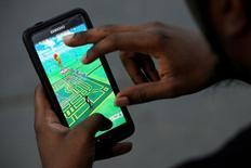 Foto de un mapa virtual del Bryant Park mostrado en la pantalla de un celular con el juego Pokemon Go, en Nueva York. 11 de julio de 2016. Las acciones de Nintendo Co cedían el miércoles parte de las ganancias meteóricas que anotaron por el éxito de su videojuego para dispositivos móviles Pokemon GO, golpeadas en parte por el reporte de un retraso de su lanzamiento en Japón. REUTERS/Mark Kauzlarich/File Photo