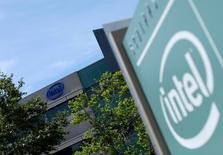 Intel a annoncé mercredi une hausse de 2,6% de son chiffre d'affaires au deuxième trimestre, grâce à la hausse des ventes de ses processeurs pour centres de données et objets connectés. /Photo prise le 21 avril 2016/REUTERS/Mike Blake