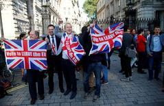 Foto de archivo de partidarios del Brexit celebrando tras conocer el resultado del referendo, en Londres. 24 de junio de 2016. La confianza en el panorama para la economía global se ha visto golpeada por la decisión de Reino Unido de salir de la Unión Europea y existe una percepción cada vez más patente de que la política monetaria es una fuerza en retirada y que muchos gobiernos ahora necesitan tomar préstamos, mostró un sondeo de Reuters. REUTERS/Neil Hall/File Photo