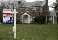 Una casa a la venta en Silver Spring, Maryland. 30 de diciembre de 2015. Las ventas de casas usadas en Estados Unidos aumentaron inesperadamente en junio a su mayor ritmo en más de nueve años, debido a que las bajas tasas de interés de los créditos hipotecarios alentaron a los compradores hacia el mercado, en una señal positiva para la economía del país. REUTERS/Gary Cameron