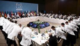 """Los funcionarios del Grupo de las 20 mayores economías del mundo que se reúnen este fin de semana en China deberían acordar un enfoque más amplio que estimule la demanda de los consumidores, limite la deuda del sector privado y aplique reformas estructurales para combatir los riesgos surgidos tras el """"Brexit"""", dijo el jueves el FMI. En la imagen, los líderes del G-20 asisten a una cena durante la celebración de la cumbre del G-20 en Turquía, en la ciudad de Antalya, el pasado 15 de noviembre de 2015.REUTERS/Yasin Bulbul"""