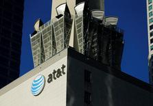 AT&T affiche un chiffre d'affaires en hausse de 22,7% au deuxième trimestre grâce à la croissance de son portefeuille d'abonnés à ses services de télévision, soutenue par l'acquisition de DirecTV. /Photo d'archives/REUTERS/Mike Blake
