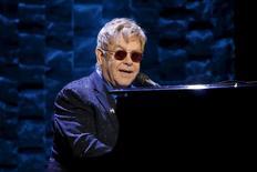 Elton John faz show em Nova York.  2/3/2016. REUTERS/Mike Segar