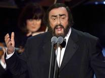 """Luciano Pavarotti interpreta el aria Nessun Dorma de Puccini en una ceremonia de entrega de los Grammy. 24 de febrero de 1999. La familia de Luciano Pavarotti dijo que el fallecido tenor italiano no habría aprobado el uso de su interpretación del aria """"Nessun Dorma"""", de la opera Turandot de Giacomo Puccini, en actos de Donald Trump, el candidato republicano a la presidencia de Estados Unidos."""