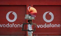 Vodafone, deuxième opérateur mobile mondial, a connu une croissance organique de 2,2%, supérieure aux attentes, de son chiffre d'affaires au premier trimestre de son exercice fiscal, grâce aux bonnes performances enregistrées en Espagne et en Allemagne. /Photo d'archives/REUTERS/Mukesh Gupta