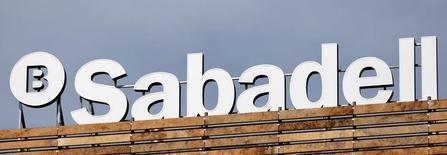 Banco Sabadell comunicó el viernes que su beneficio neto creció un 20,7 por ciento a 425,3 millones de euros gracias a la integración del británico TSB, aunque quedó lejos de los 485 millones que esperaba el mercado y sus acciones sufrían en la bolsa española. En la imagen, el logotipo de Banco Sabadell en lo alto de un edificio en Madrid, España, el 13 de abril de 2016. REUTERS/Andrea Comas