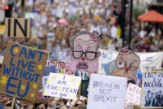 La economía británica parece estar contrayéndose a su ritmo más rápido desde la crisis financiera a raíz de la votación del mes pasado a favor del brexit, según un índice de actividad empresarial que registró la mayor caída en sus 20 años de historia. En la imagen, gente sujeta pancartas en una manifestación contra la decisión de Reino Unido de abandonar la UE, en Londres, Inglaterra, el 2 de julio de 2016. REUTERS/Paul Hackett