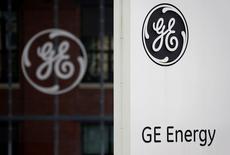 El logo de GE en la sede de su división energética en Belfort, Francia, el 27 de abril de 2015. General Electric reportó el viernes una fuerte alza en sus ganancias netas ajustadas del segundo trimestre ya que sus negocios de aviación, cuidado de la salud y energía compensaron la débil demanda en las áreas de equipamiento de transporte, petróleo y gas. REUTERS/Vincent Kessler