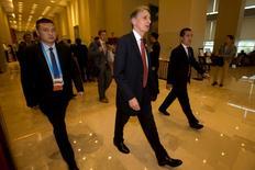 Las principales economías del mundo harán más esfuerzos para impulsar el crecimiento global y compartir los beneficios de manera menos desigual, dijeron el sábado altos responsables políticos que buscan hacer frente a las secuelas del brexit y al descontento por la globalización. En la imagen, el ministro de Finanzas británico, Philip Hammond (centro), de camino hacia una reunión del G20 en Chengdu, provincia china de Sichuan, el 23 de julio de 2016. REUTERS/Ng Han Guan/Pool