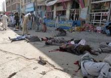 Atacantes con bombas se inmolaron durante una gran manifestación de miembros de la minoría hazara en Kabul el sábado, causando la muerte de al menos 29 personas e hiriendo a otras 142, dijeron las autoridades. En la imagen, se ven víctimas del ataque en Kabul, el 23 de julio de 2016. REUTERS/Stringer