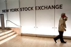 Wall Street se prépare à une semaine chargée et potentiellement décisive avec une avalanche de résultats trimestriels dans le secteur technologique, entrecoupés d'une décision de politique monétaire de la Réserve fédérale. /Photo prise le 12 juillet 2016/REUTERS/Brendan McDermid