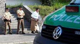 Полицейские покидают здание в Ансбахе, Германия, где подорвал себя 27-летний беженец из Сирии. Фото от 25 июля 2016 года. Немецкие политики в понедельник дискутируют о политике в отношении беженцев и иммигрантов после четвертого за неделю кровопролития в Баварии, в результате которого накануне погиб сам смертник с бомбой - 27-летний сириец, ожидавший депортации. REUTERS/Michaela Rehle