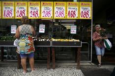 Una mujer mira los precios de los productos en un mercado en Río de Janeiro, Brasil. 21 de enero de 2016. El panorama para la inflación de los precios al consumidor en Brasil este año se redujo a un 7,21 por ciento desde 7,26 por ciento, mostró el lunes el sondeo semanal Focus del Banco Central, dado que la recesión y las elevadas tasas de interés afectan a la demanda. REUTERS/Pilar Olivares/File Photo