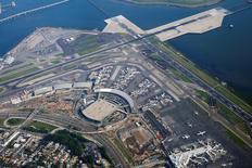 Vista aérea del aeropuerto LaGuardia en Nueva York, jul 22, 2016. Estados Unidos y México acordaron la implementación de un nuevo pacto de transporte aéreo que impulsaría los viajes y facilitaría los vuelos directos entre ciudades de ambos países, anunció el lunes el Departamento de Transporte estadounidense.   REUTERS/Lucas Jackson