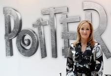 """La escritora británica JK Rowling, creadora de la saga de libros """"Harry Potter"""", posa durante el lanzamiento del sitio online """"Pottermore"""", en Londres. 23 de junio de 2011. Nueve años después de la publicación del séptimo y último libro de la serie del niño mago, las compras anticipadas del guión de una nueva obra de teatro de Londres lo convirtieron en el libro más pedido desde 2007 en Estados Unidos, dijo el lunes la librería Barnes & Noble. REUTERS/Suzanne Plunkett/File Photo"""
