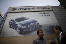 Магазин Hyundai Motor в Сеуле. Южнокорейская Hyundai Motor отчиталась о падении прибыли десятый квартал подряд из-за жёсткой конкуренции и ухудшения спроса на седаны в США и на внутреннем рынке.  REUTERS/Kim Hong-Ji